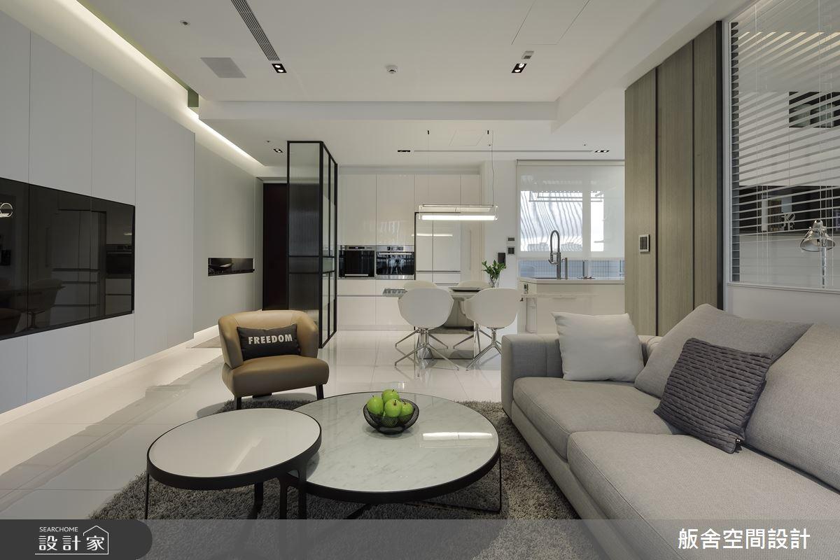 運用材質特性維持空間開放感,實現現代風格的白派親子宅