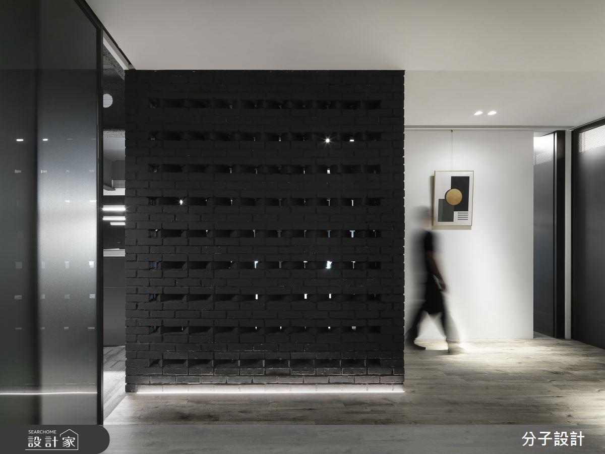 跳脫純白辦公室刻板印象!多層次黑色工作空間展現未來科技感