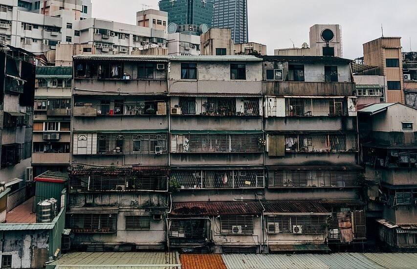 頂樓加蓋常見在舊市區的中古屋公寓,購買前最好留意是否為違章建築(圖片來源pixabay)