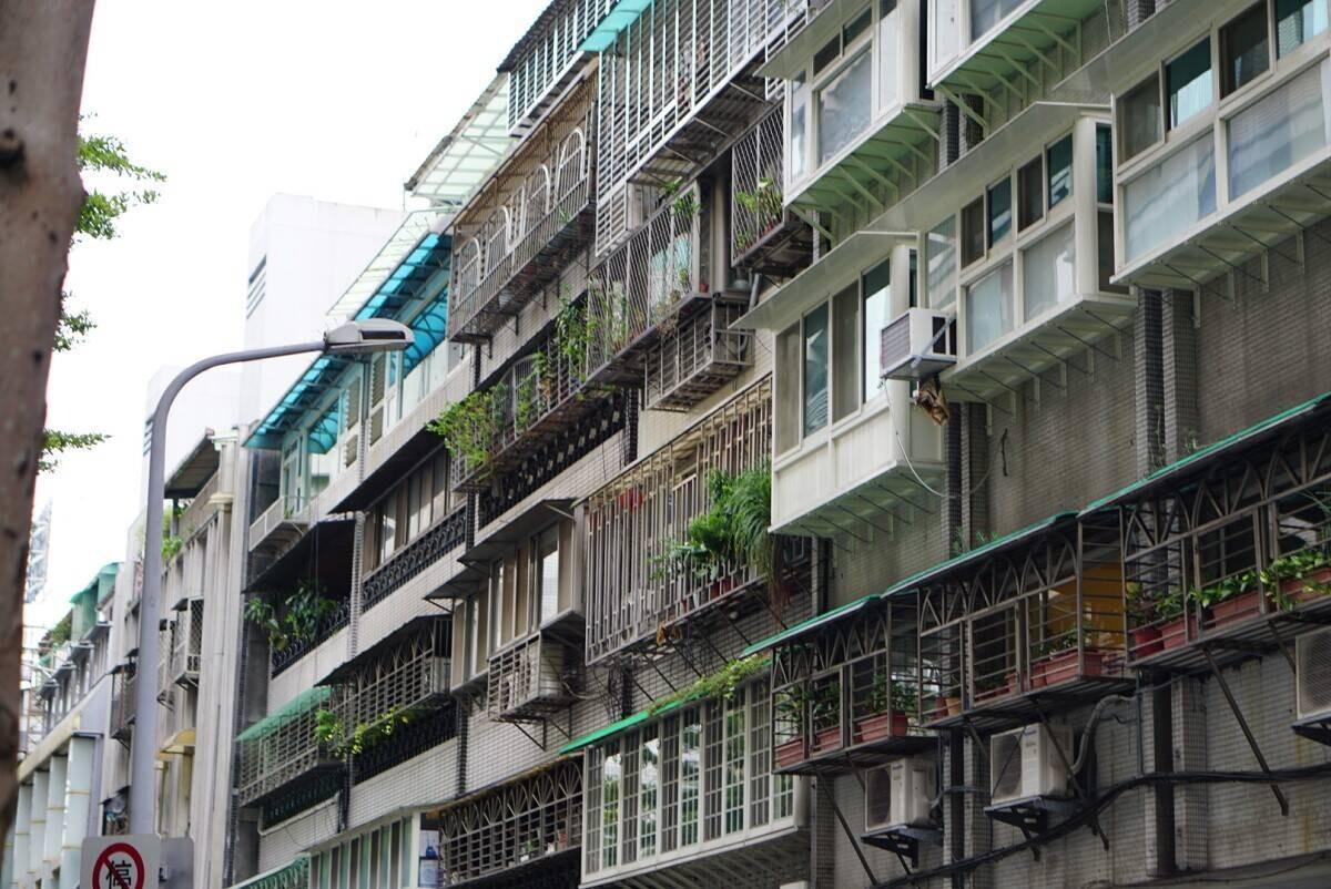 陽台外推也常見在公寓或華廈,一不小心就觸法(圖片來源 photo-ac)