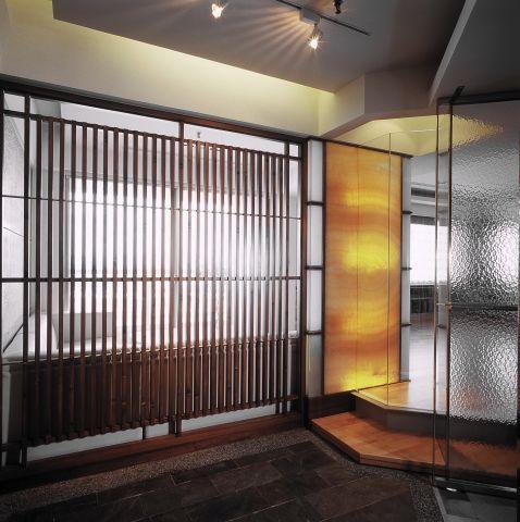 玄關隔柵及黃玉石光牆界定區域個性