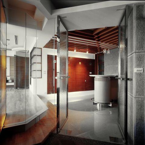 不鏽鋼迎賓門扮演玄關進出的中介元素