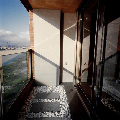 延續室內整體風格基調以簡易庭園鋪陳