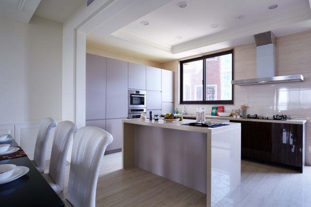 ▲廚房一字型配置裝中島讓廚房機能提升
