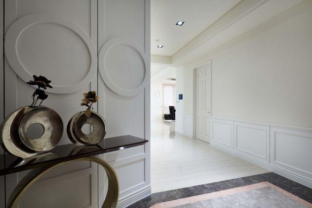 ▲玄關採深色大理石與磅礡客廳做出區隔