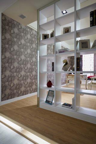 ▲書房靠窗處設置低矮軟榻兼具休憩功能