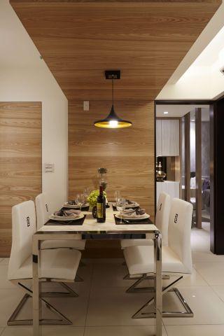 ▲餐桌石材與餐椅布料加不鏽鋼組成美感