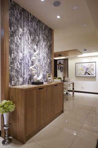 ▲木牆表面則貼上特殊圖案壁紙精采呼應