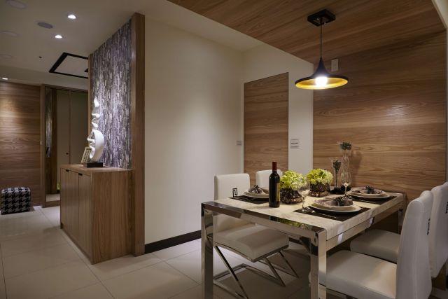 ▲餐廳牆壁實木向上轉折延伸至天花板