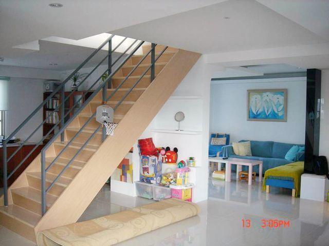 為孩童安全著想,通往頂樓階梯加裝護欄及以安全為最優先考量。