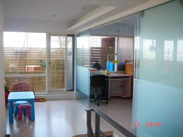 """樓上小孩房的隔間屏除傳統隔間牆,以強化玻璃做大面積""""畫板。"""