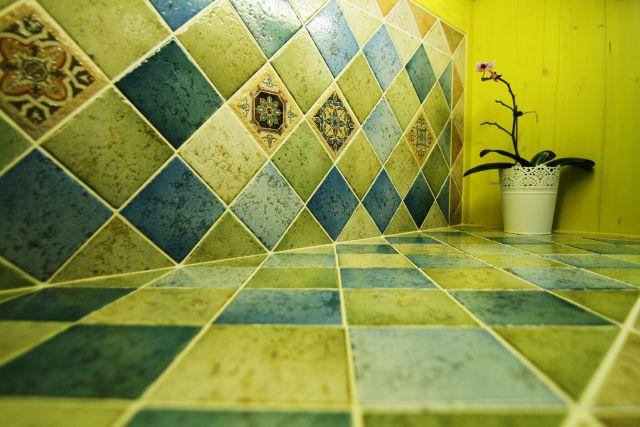西班牙窯變磚與十目所構成展示櫃檯面