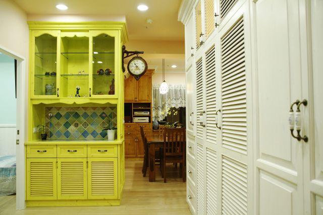 玄關收納由展示櫃與整排收納櫃鞋櫃組成