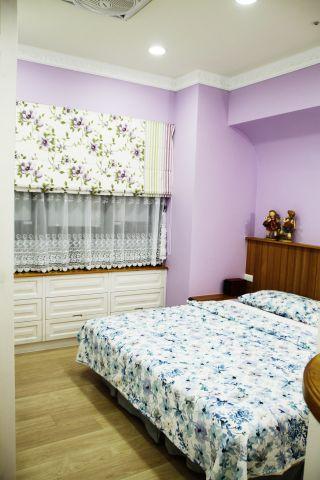 主臥室雖無法避免大樑壓床也巧妙處理