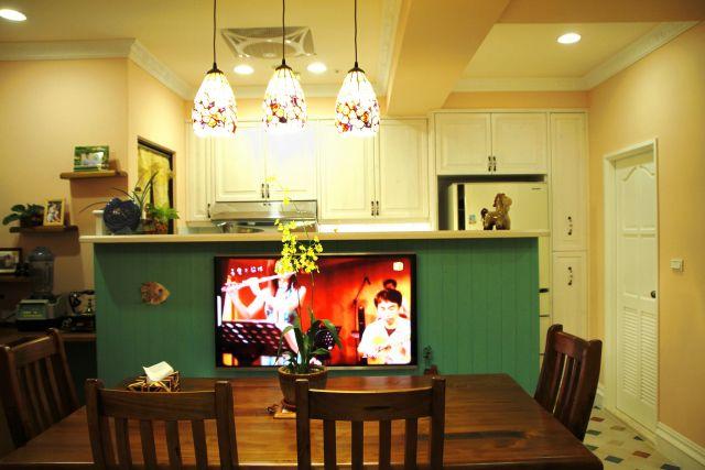 餐廳配置55吋平面電視牆與3C設備