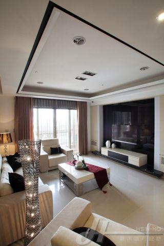 廳主牆為大面的黑色烤漆玻璃