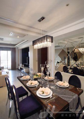 以奢華的水晶吊燈來營造用餐氛圍
